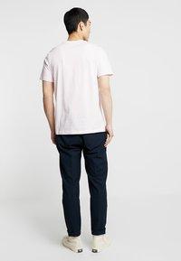 Nike Sportswear - CLUB TEE - T-shirt basic - pink foam/white - 2