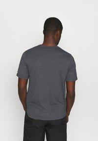 Nike Performance - RUN MILER  - Print T-shirt - black heather/silver - 2