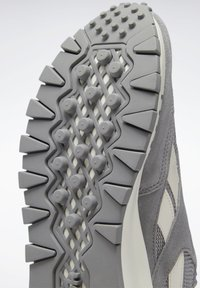 Reebok Classic - CLASSIC LEGACY UNISEX - Trainers - mgh solid grey/pure grey/chalk - 12