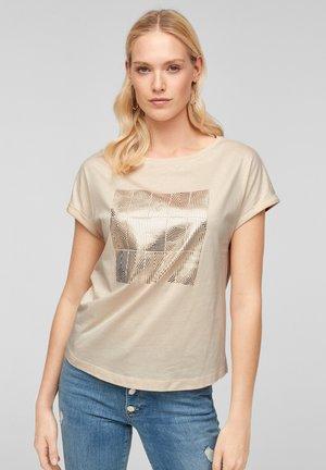 MIT FOLIENPRINT - Print T-shirt - beige