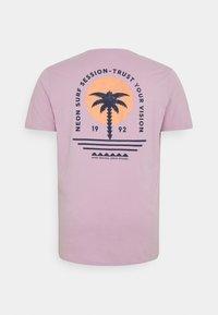 Shine Original - CHEST TEE  BACK - Print T-shirt - purple - 1