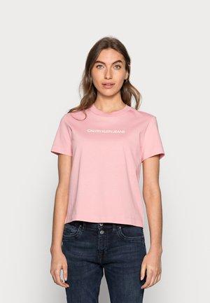 SHRUNKEN INSTITUTIONAL TEE - T-shirts print - pink