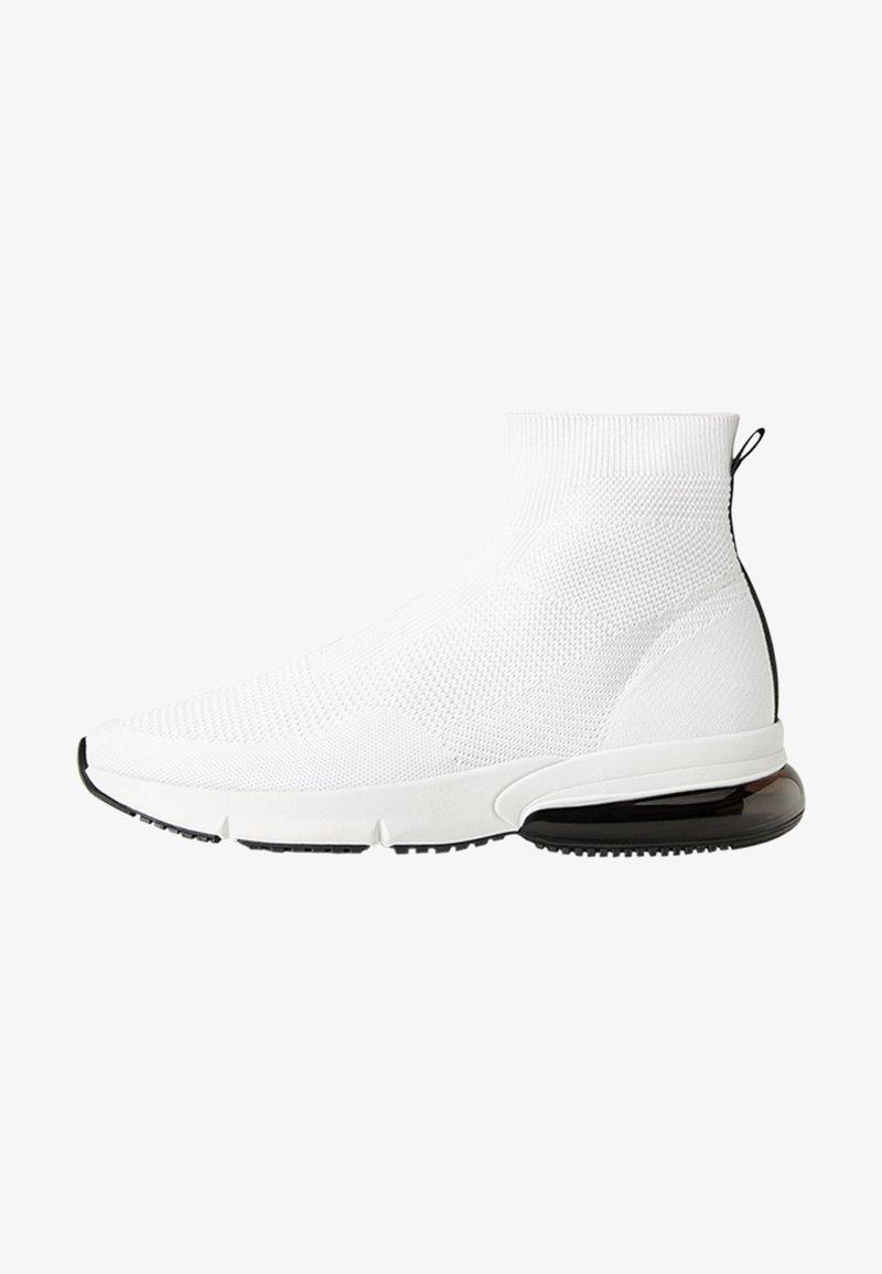 Bershka - MIT ELASTISCHEM SCHAFT  - Sneakersy wysokie - white