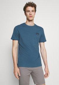 Pier One - T-shirt med print - blue - 0