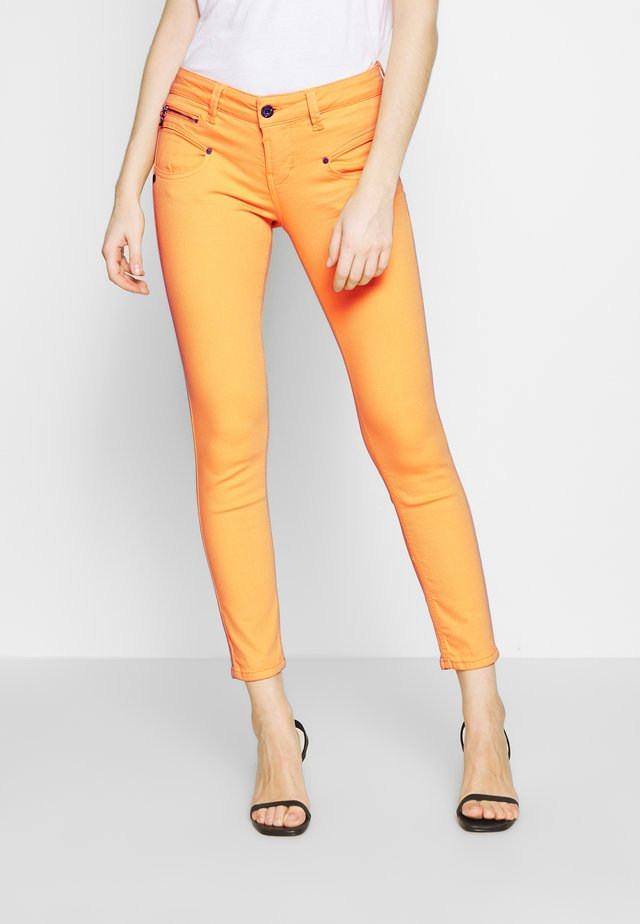 ALEXA CROPPED NEW MAGIC COLOR - Skinny-Farkut - cadmium yellow