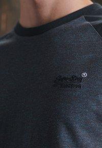 Superdry - ORANGE LABEL BASEBALL - T-shirt print - rich navy mega grit - 0
