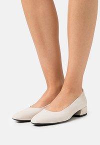 Vagabond - JOYCE - Classic heels - offwhite - 0
