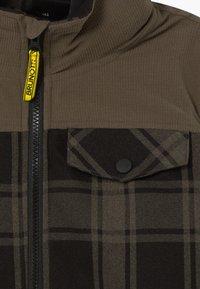 Brunotti - CHECK BOYS - Snowboardová bunda - pine grey - 4