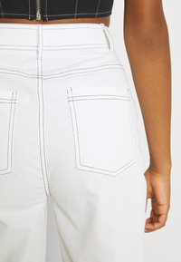 Missguided - CONTRAST STRAIGHT LEG TROUSER - Trousers - white - 3