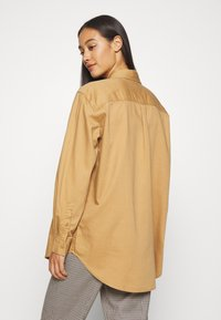 Tommy Jeans - BADGE DETAIL - Button-down blouse - country khaki - 2