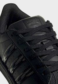 adidas Originals - SUPERSTAR SHOES - Sneakers laag - black - 8