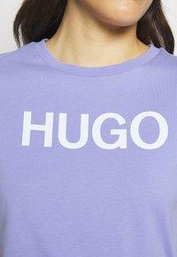HUGO - THE SLIM TEE - Print T-shirt - pastel purple - 6