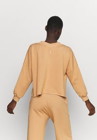 Nike Performance - OFF MAT - Sweatshirt - praline/shimmer - 2