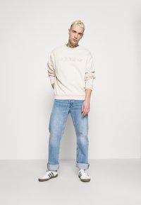 adidas Originals - CREW UNISEX - Sweatshirt - halo ivory - 1