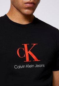 Calvin Klein Jeans - MONOGRAM ROLL CUFF TEE - T-shirts med print - black - 5