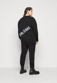 Calvin Klein Jeans Plus - PLUS STRETCH INNOVATION - Hoodie - black - 2