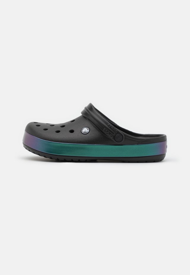 CROCBAND IRIDESCENT BAND  - Sandalias planas - black