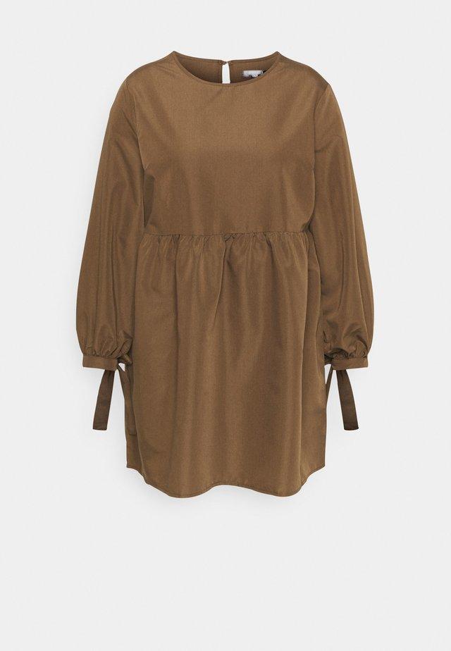 TIE CUFF SMOCK DRESS - Sukienka letnia - khaki