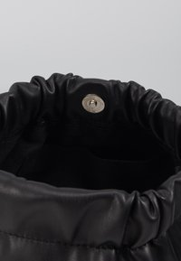 Pieces - PCBEAU CROSS BODY - Across body bag - black - 3