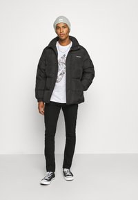 Nike Sportswear - TEE CLUB CAMO - Camiseta estampada - white/grey fog - 1