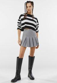 Bershka - MIT KELLERFALTEN - Pleated skirt - light grey - 1
