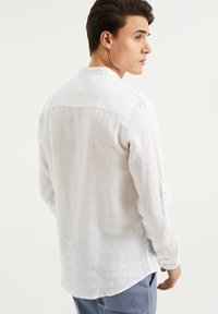 WE Fashion - SLIM FIT - Shirt - white - 2