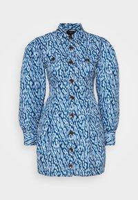 CMEO COLLECTIVE - GOOD LOVE DRESS - Košilové šaty - indigo leopard - 0