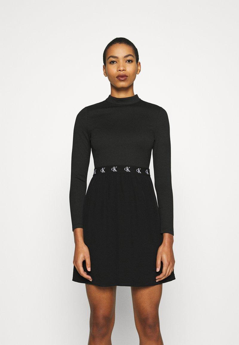 Calvin Klein Jeans - LOGO ELASTIC DRESS - Sukienka z dżerseju - black