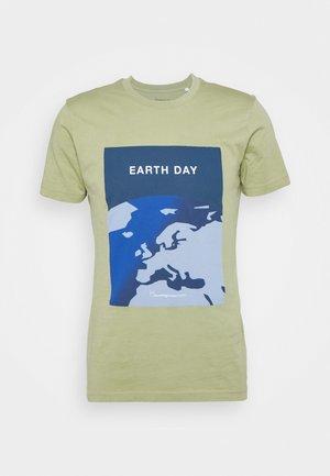 ALDER EARTHDAY TEE - Print T-shirt - sage