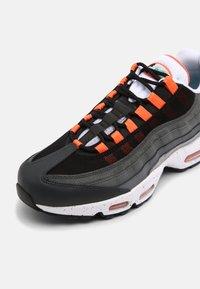 Nike Sportswear - AIR MAX 95 UNISEX - Sneakersy niskie - black/aquamarine/turf orange/white/anthracite/dark grey - 4