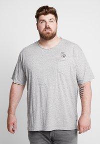 Jack´s Sportswear - HAND EMBROIDERY TEE - Print T-shirt - grey - 0