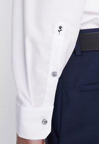 Seidensticker - SLIM SPREAD PATCH - Camisa elegante - weiß/grau - 6