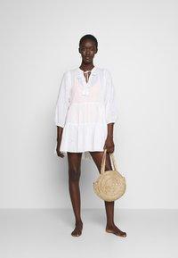 Seafolly - BORA BORA FLORA EMBROIDERY TIERED DRESS - Complementos de playa - white - 1