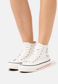 Rubi Shoes by Cotton On - MICKEY BRITT RETRO - Zapatillas altas - offwhite - 0