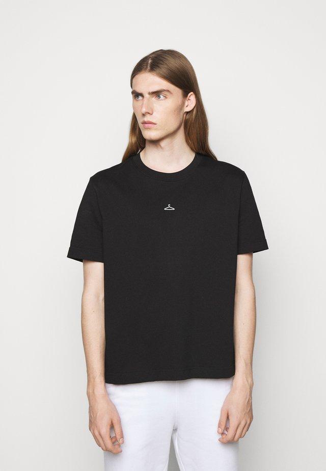 HANGER TEE - T-shirts med print - black