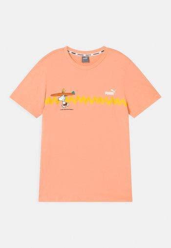 PUMA X PEANUTS GRAPHIC - Triko spotiskem - apricot blush