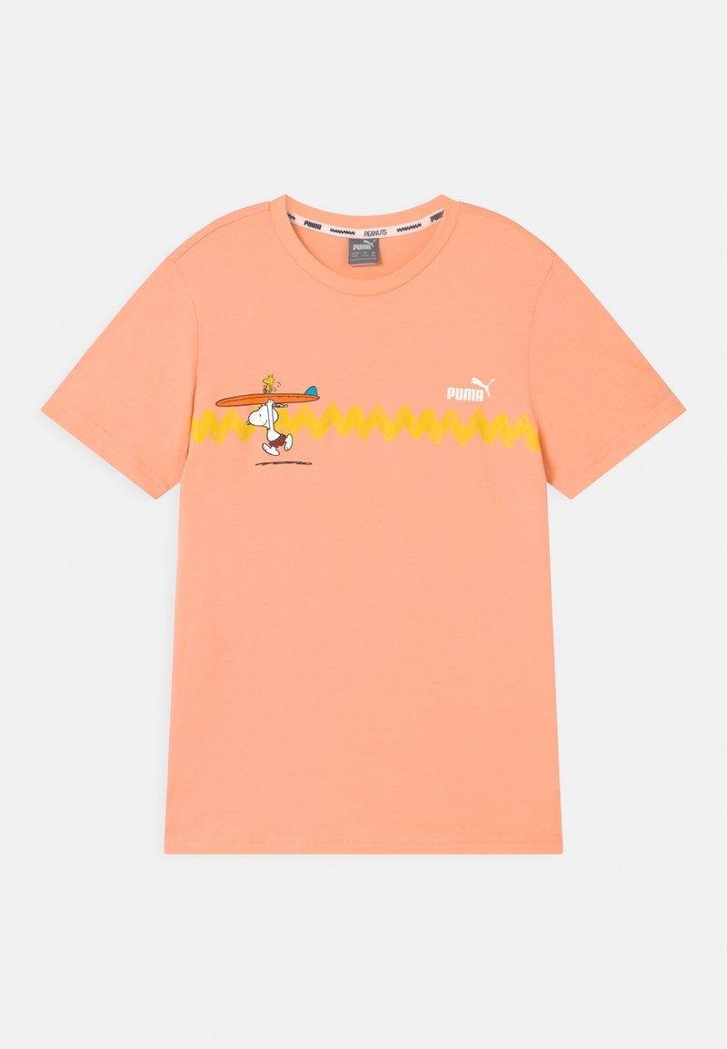 Puma - PUMA X PEANUTS GRAPHIC - Print T-shirt - apricot blush