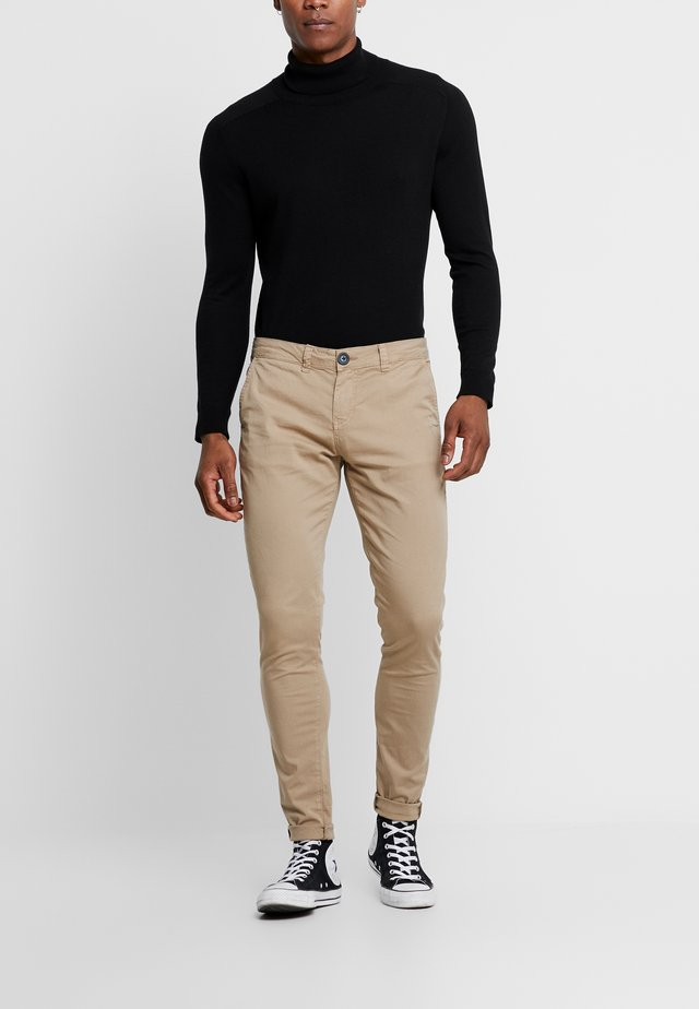 BLACK CHINO PANTS - Chinot - camel