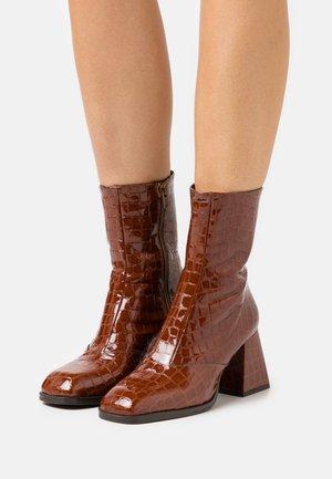 MISTRESS SMART BLOCK BOOT - Classic ankle boots - tan