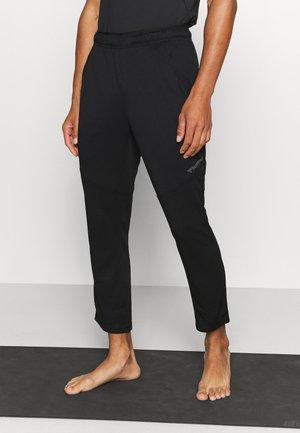 NALO TAPERED 7/8 PANTS - Verryttelyhousut - black