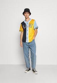 Karl Kani - COLLEGE BLOCK PINSTRIPE BASEBALL  - Print T-shirt - yellow - 1