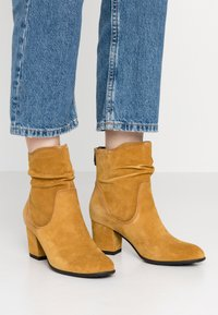 Be Natural - Classic ankle boots - saffron - 0