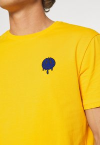 YOURTURN - T-shirt med print - yellow - 4