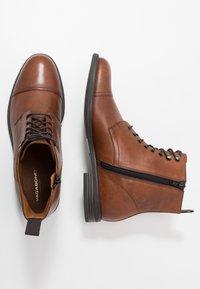 Vagabond - SALVATORE - Šněrovací kotníkové boty - cognac - 1