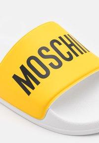 MOSCHINO - UNISEX - Sandalias planas - yellow - 5