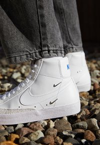 Nike Sportswear - BLAZER MID 77 - High-top trainers - white/hyper royal - 2