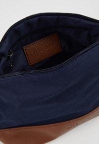 Pier One - UNISEX - Kosmetická taška - dark blue/cognac - 5