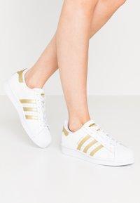 adidas Originals - SUPERSTAR - Sneakers laag - footwear white/gold metallic - 0