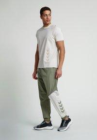 Hummel - HMLSULLIVAN PANTS - Trainingsbroek - vetiver - 1