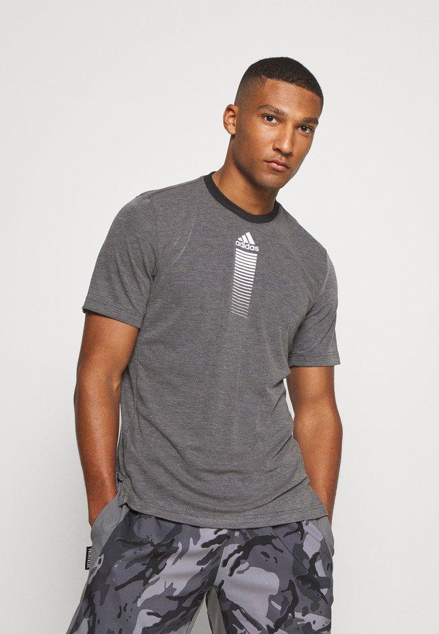AEROREADY TRAINING SPORTS SHORT SLEEVE TEE - T-Shirt print - grey